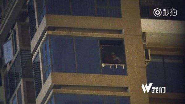 Một tên buôn lậu điều khiển máy bay không người lái từ một tòa nhà cao tầng
