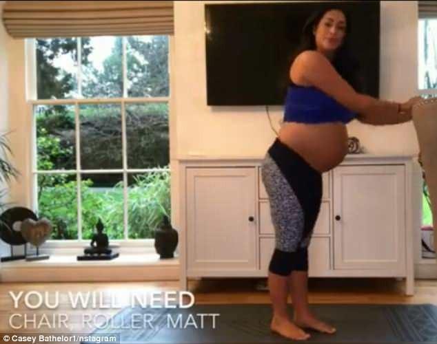 Casey Batchelor vẫn cố gắng tập yoga đều đặn dù đang mang bầu khá nặng nề