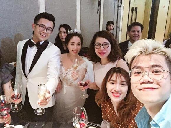 Ca sĩ Đinh Mạnh Ninh (ngoài cùng bên phải) tới chúc mừng cặp đôi. (Ảnh: Đinh Mạnh Ninh).