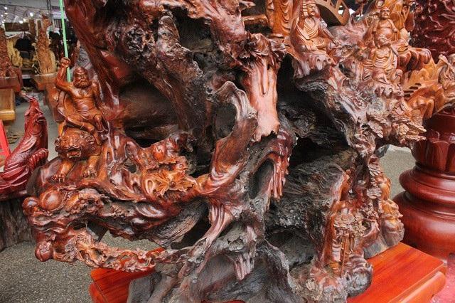 """Trên cây tượng """"Thập bát La Hán"""", các nghệ nhân tạc 18 vị tượng với các biểu cảm, khuôn mặt khác nhau"""