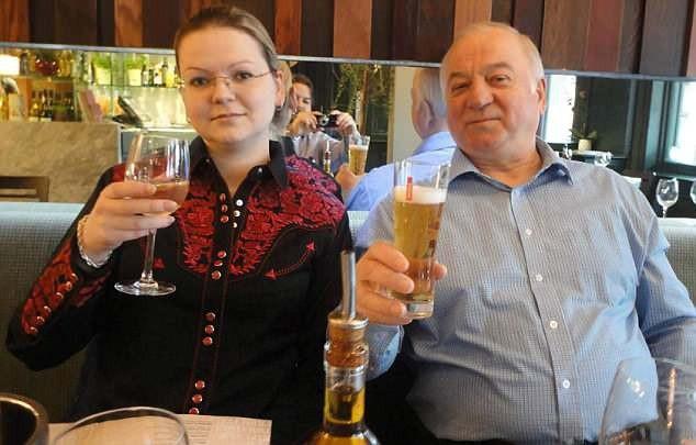 Cựu điệp viên Skripal và con gái Yulia (Ảnh: Getty)