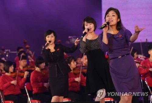 Chương trình kéo dài khoảng 2,5 tiếng với nội dung tương tự chương trình nghệ thuật trước đó vào tối 1/4, ngoại trừ các tiết mục biểu diễn chung của các ca sĩ Hàn Quốc và dàn nhạc Triều Tiên. 11 ca sĩ Hàn Quốc đã trình diễn những bài hát riêng và một số ca khúc Triều Tiên. (Ảnh: Yonhap)