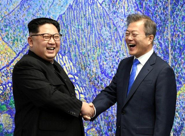 Tổng thống Moon Jae-in bắt tay nhà lãnh đạo Kim Jong-un (Ảnh: Reuters)