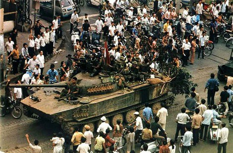 Người dân chào đón quân giải phóng trên đường phố Sài Gòn ngày 30/4/1975.