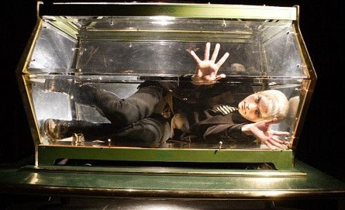 Tấm kính bị vỡ dưới áp lực của 9 tấn xi măng đã chôn sống Joe.