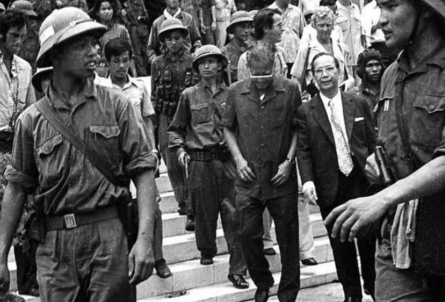 Vào 10h24 ngày 30/4/1975, Tổng thống Ngụy quyền Sài Gòn Dương Văn Minh đã tuyên bố đầu hàng vô điều kiện.