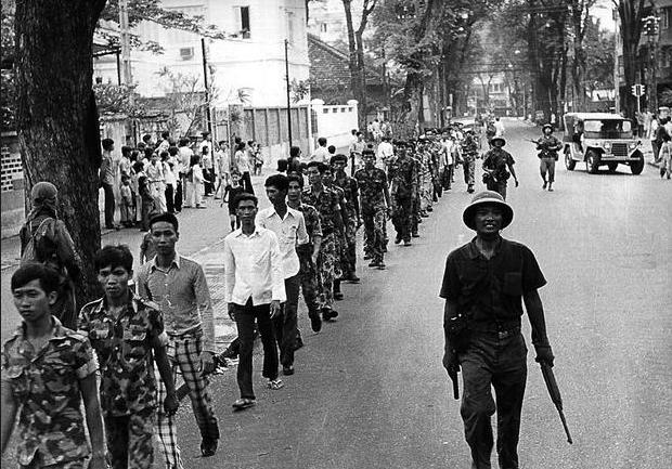 Binh lính của chính quyền Sài Gòn bị áp giải sau khi chính quyền sụp đổ.