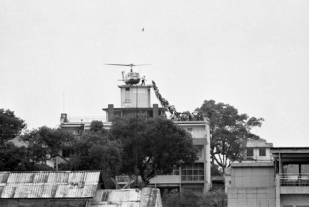Hàng dài người chen chúc lên một chiếc trực thăng của Mỹ đậu trên một nóc nhà ở Sài Gòn ngày 29/4/1975.