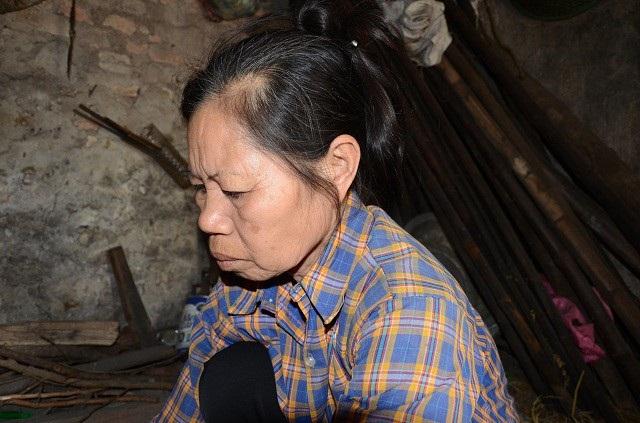 """Hàng xóm gọi bà Nguyễn Thị Bản (năm nay 60 tuổi), là """"Người đàn bà bất hạnh nhất trần gian""""."""