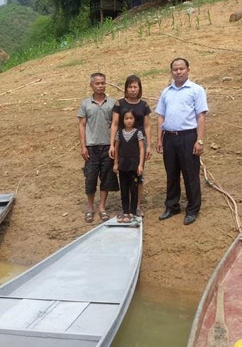 Ông Phạm Văn Tâm, Giám đốc Công ty TNHH đóng tàu và Du lịch Tâm Mừng trao thuyền cho gia đình cháu Đinh Thị Tuyết Trinh