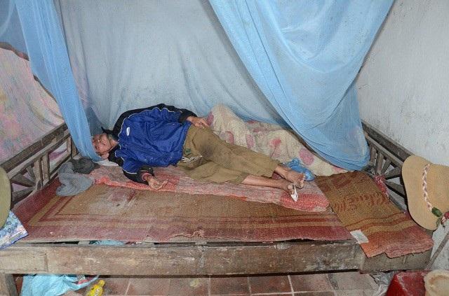 Trong nhà chẳng có gì đáng giá, cái giường ông Thủy nằm thì thành giường đã gãy phải chắp nối bằng 2 mảnh gỗ.