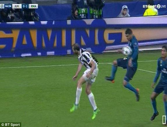 Tình huống Casemiro để bóng chạm tay trong vòng cấm, nhưng Juve không được hưởng phạt đền