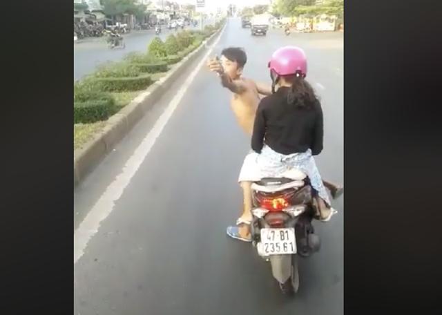 Nam thanh niên lạng lách, thách thức xe khách (ảnh từ clip)