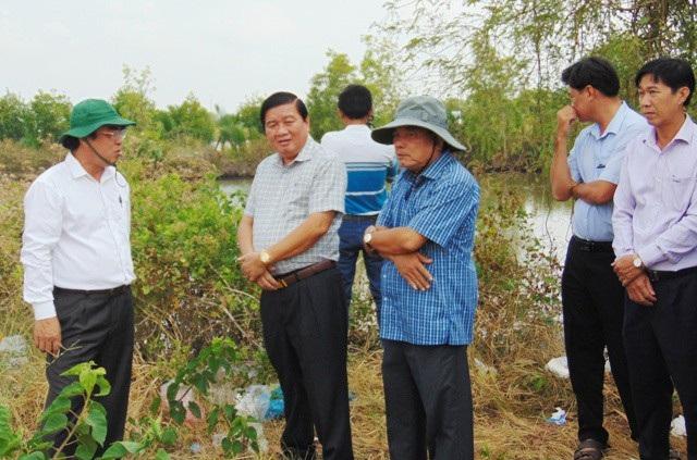 Chủ tịch tỉnh Bạc Liêu Dương Thành Trung (bìa trái) cùng lãnh đạo thị xã Giá Rai và Sở, ngành trong một chuyến khảo sát điểm dự kiến xây dựng bến xe Tắc Sậy.