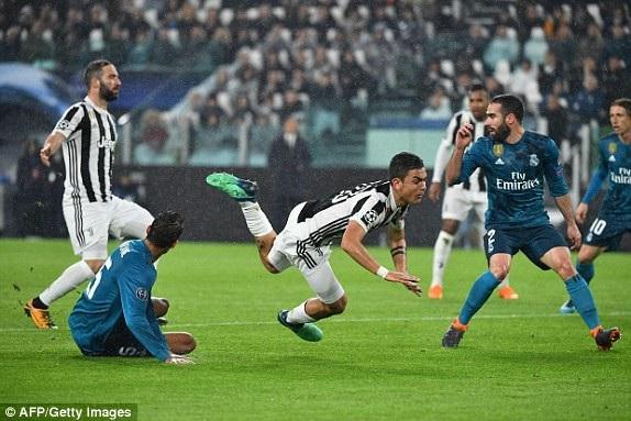 Dybala xâm nhập vòng cấm, cầu thủ người Argentina đang là người chơi ấn tượng nhất bên phía Juventus