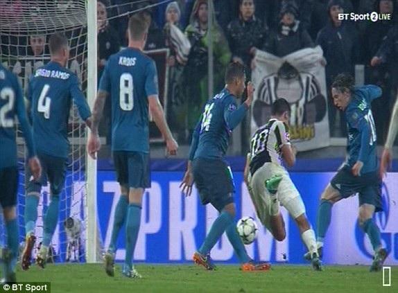 Dybala ngã trong vòng cấm, nhưng trọng tài phạt thẻ vàng cầu thủ này vì lỗi ăn vạ
