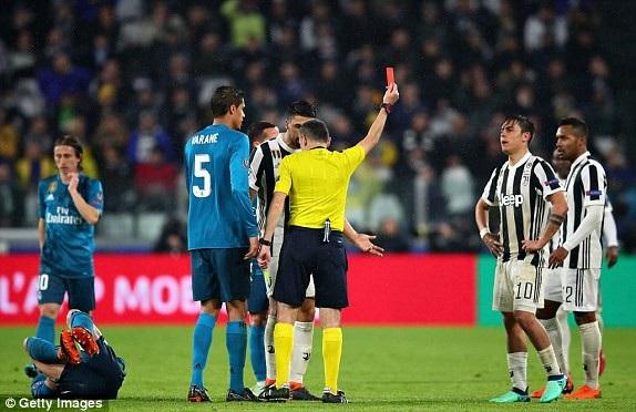 Carvajal đau đớn nằm trên sân, sau pha tắc bóng thô bạo từ Dybala