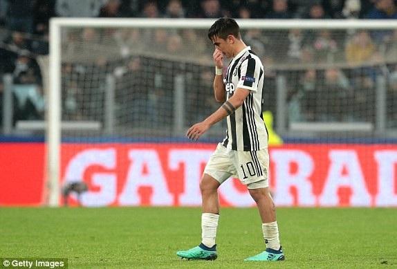 Dybala bị đuổi khỏi sân, đẩy Juve vào thế hiểm nghèo khi đang bị dẫn 2-0