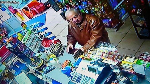 Ông Sergei Skripal mua đồ tại một cửa hàng ở Salisbury vài ngày trước khi nghi bị tấn công (Ảnh: AFP)