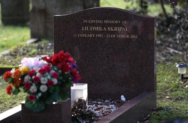 Phần mộ của bà Liudmila Skripal, vợ ông Skripal, với bó hoa tại nghĩa trang ở Anh (Ảnh: PA)