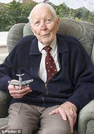 Cựu phi công lực lượng Không quân Hoàng gia Anh Alan Pollock (Ảnh: Parker)