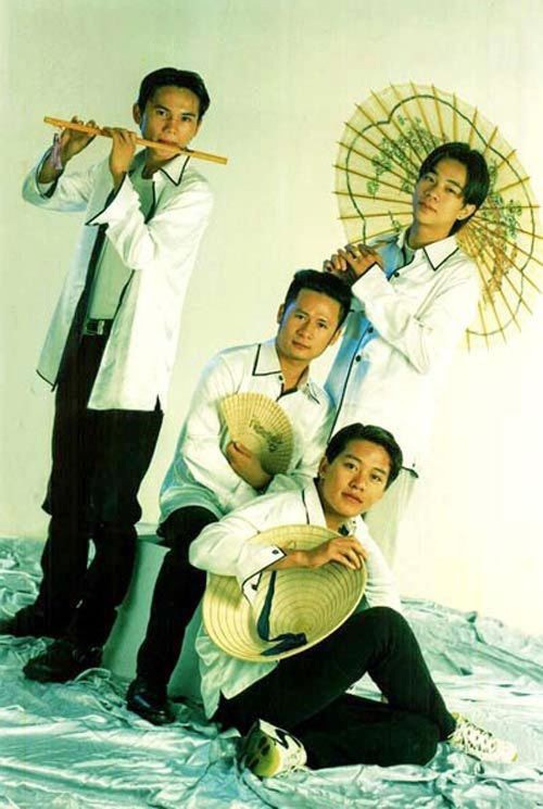 Ban nhạc Quả Dưa Hấu được thành lập năm 1998, ban đầu có 4 thành viên.