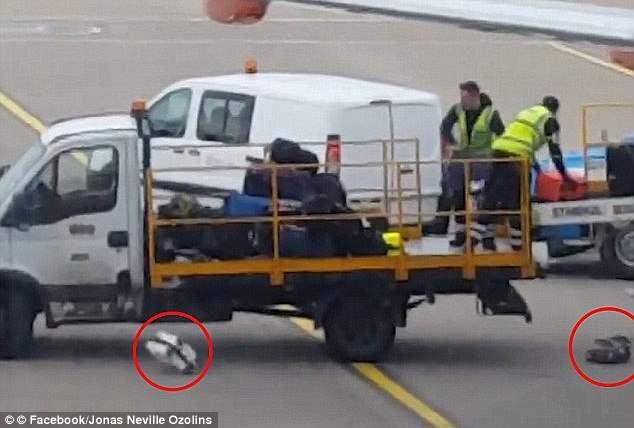 Hai nhân viên sân bay ở Anh quăng quật hành lý lên xe tải, khiến một số món đồ rơi xuống đất mà không hay biết