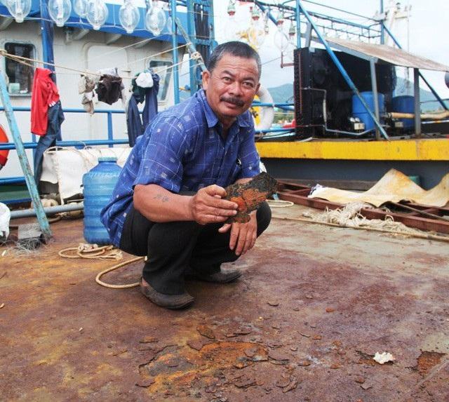 Hình ảnh tố cáo công ty đóng tàu làm ăn ẩu tả, gian dối khiến tàu nằm bờ dài ngày, ngư dân thiệt hại hàng tỷ đồng.