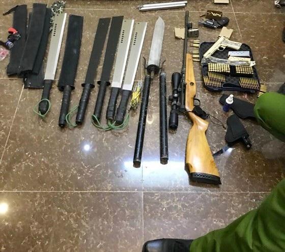 Lực lượng chức năng phát hiện nhiều vũ khí nguy hiểm ở ngôi nhà kế bên nơi xảy ra vụ nổ súng