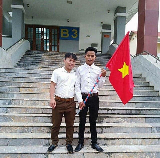 Đinh Đường (bên phải) đang thực tập sư phạm tại Trường Tiểu học Hải Thành (thành phố Đồng Hới, Quảng Bình).