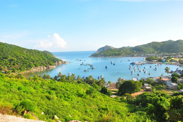 Vịnh Vĩnh Hy nổi tiếng với biển xanh, cát trắng và còn khá hoang sơ, rất thích hợp cho những ai đi du lịch trải nghiệm. Ảnh: Xuân Lộc