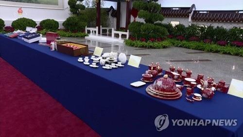 Những món quà gốm sứ được Chủ tịch Tập Cận Bình tặng ông Kim Jong-un (Ảnh: Yonhap)
