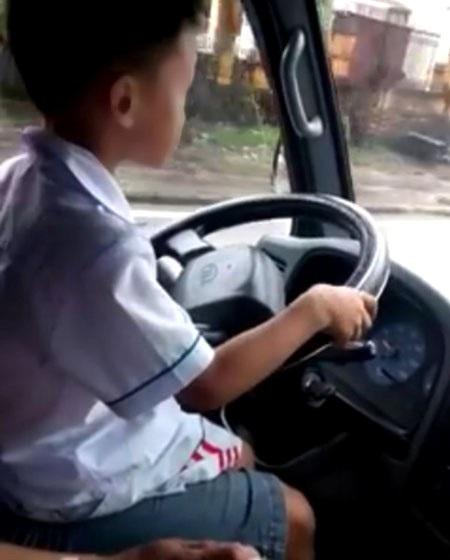 Các đây ít lâu, cộng đồng mạng được một phen hãi hùng khi chứng kiến cậu bé 6 tuổi cầm vô lăng lái xe tải trên đường phố Móng Cái.