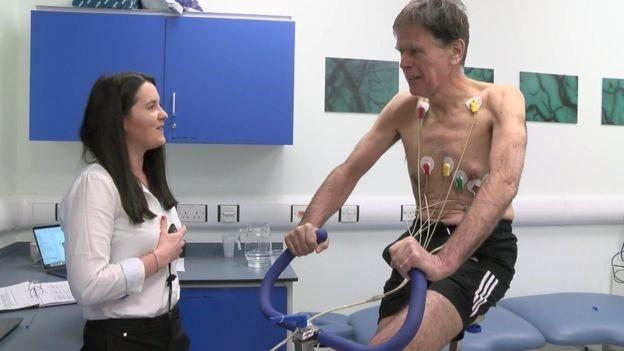 Colleen Deane đang thử một loại thuốc trên Nick Thompson, cư dân Sidmouth, có thể giúp duy trì cơ khỏe mạnh ở đàn ông cao tuổi