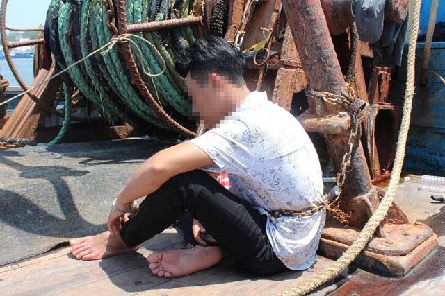 Một thuyền viên bị chủ tàu trói vì sợ trốn nợ