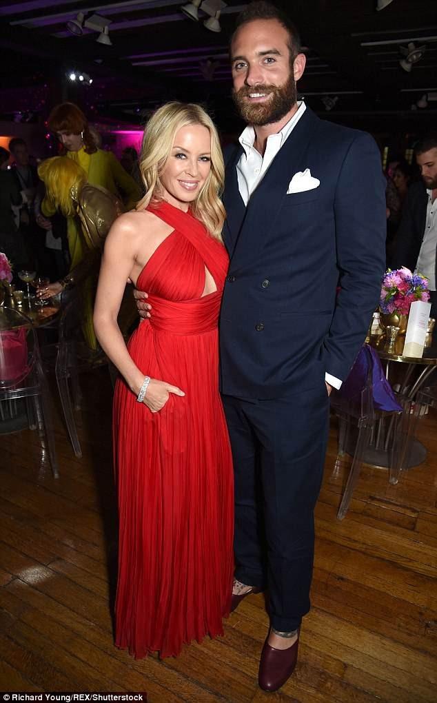 Kylie Minogue và bạn trai Joshua chia tay vào năm ngoái sau 1 năm đính hôn.