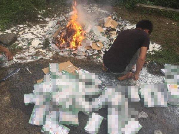 Hình ảnh hơn 10.000 hộp sữa từ thiện bị mang đi tiêu hủy khiến dư luận không khỏi bất bình, xót xa.
