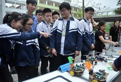 Học sinh tham quan các sản phẩm CNTT trong dạy học (Ảnh: Tô An).
