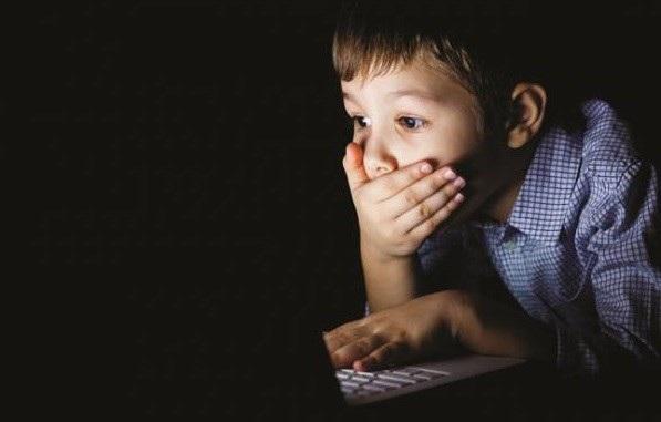 Nhiều bố mẹ hoang mang và xử lý theo cách mắng mỏ sai lầm, điều này càng gây hại cho trẻ. Ảnh minh họa