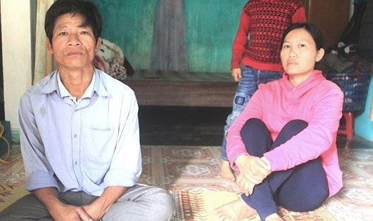 """Vợ chồng anh Ba, chị Hằng đành trở về tay trắng sau 2 năm lao động """"chui"""" ở Trung Quốc."""