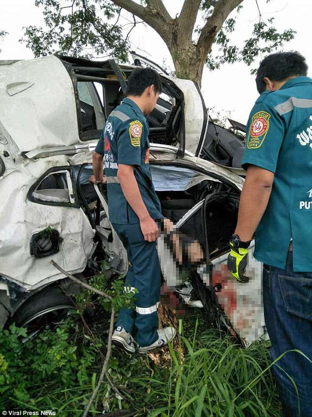 Natnicha đã bị mất lái và đâm xe vào một cây lớn ven đường khi điều khiển phương tiện dưới trời mưa, đường trơn.