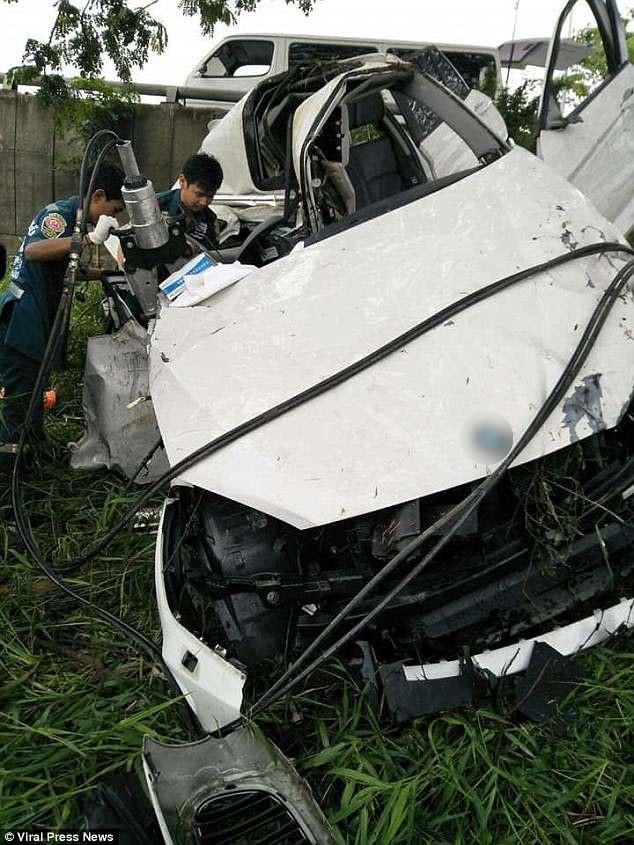 Nhân viên cứu hộ đã phải dùng thiết bị cắt xe để đưa Natnicha ra khỏi xác xe biến dạng nặng nề.