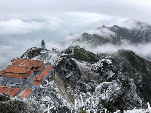 Đêm 6/4 và sáng sớm 7/4, nhiệt độ ở khu vực đỉnh núi Fansipan (Sa Pa, Lào Cai) xuống dưới 0 độ C nên tại đây đã xuất hiện băng giá và mưa tuyết phủ trắng. (Ảnh: Quang Tú)