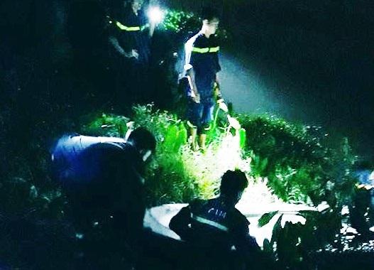 Lực lượng cứu hộ đưa tìm thấy và đưa thi thể anh A. lên bờ.