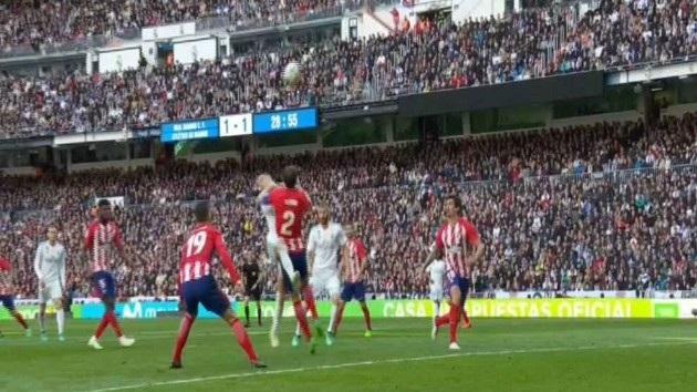 Tình huống Godin chơi thô bạo với Vazquez ở phút 75 nhưng không bị trọng tài thổi phạt