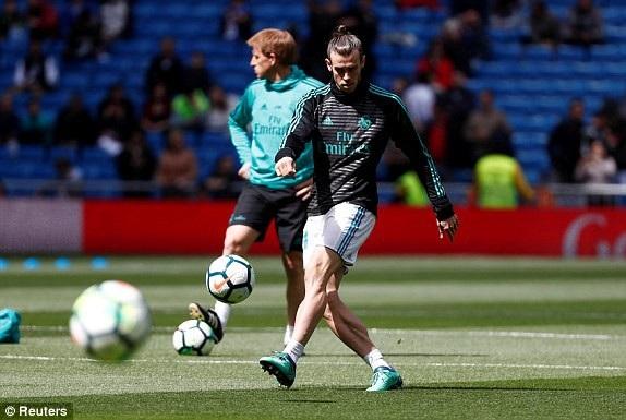 Bale khởi động trên sân, đây là trận đấu anh được đá chính từ đầu