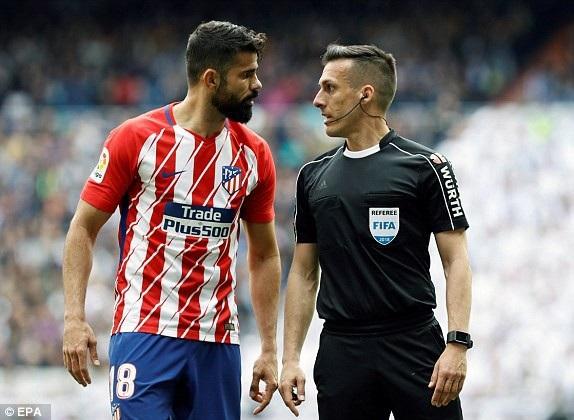 Diego Costa phản đối trọng tài khi Atletico không được hưởng phạt đền