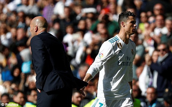 C.Ronaldo được HLV Zidane rút ra nghỉ ở phút 64 để thay bằng Benzema