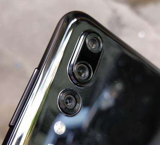 Cụm 3 camera độc đáo lần đầu tiên xuất hiện trên một chiếc smartphone.