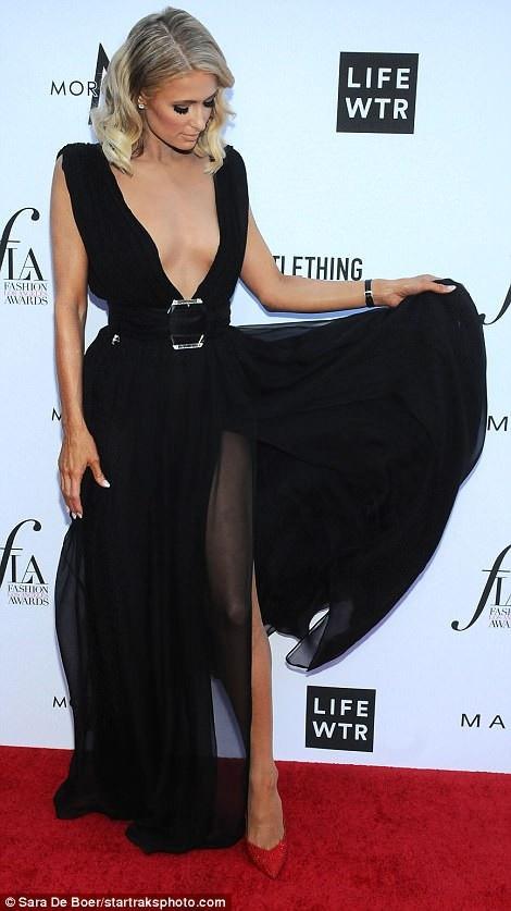 Người đẹp tóc vàng diện váy đen xẻ táo bạo khoe dáng thon, chân dài